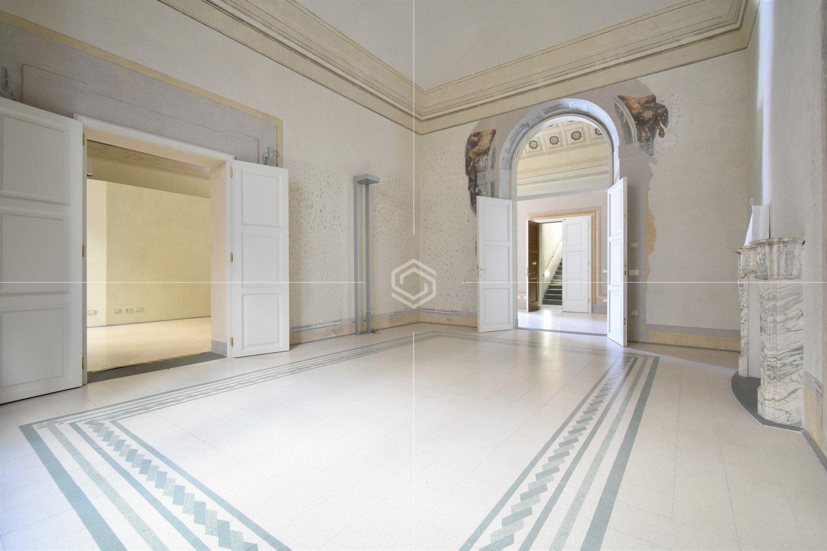 Affittasi fondo commerciale signorile in centro storico a Pisa